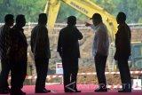 Wakil Presiden Jusuf Kalla (ketiga kanan) mendengarkan penjelasan Menteri Pekerjaan Umum dan Perumahan Rakyat (PUPR) Basuki Hadimuljono (kedua kanan)  Menteri Koordinator Perekonomian Darmin Nasution (kedua kiri)  Gubernur Jawa Timur Soekarwo (ketiga kiri) usai meresmikan mega proyek Sistem Pengelolaan Air Minum (SPAM) Umbulan, di Desa Umbulan, Winongan, Pasuruan, Jawa Timur, Kamis (20/7). Mega proyek SPAM Umbulan bertujuan mengalirkan air curah dengan kapasitas produksi sebesar 4.000 liter air per detik dengan jaringan sistem transmisi dari mata air Umbulan ke lima Perusahaan Daerah Air Minum (PDAM) di Provinsi Jawa Timur, yaitu masing-masing PDAM Surabaya (1.000 liter per detik), PDAM Kabupaten Pasuruan (410 liter per detik), PDAM Kota Pasuruan (110 liter per detik), PDAM Kota Sidoarjo (1.200 liter per detik), dan PDAM Kota Gresik (1.000 per detik).  Antara Jatim/Umarul Faruq/zk/17