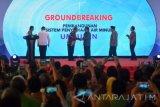 Wakil Presiden Jusuf Kalla (ketiga kanan) Menteri Koordinator Perekonomian Darmin Nasution (ketiga kiri) Menteri Pekerjaan Umum dan Perumahan Rakyat (PUPR) Basuki Hadimuljono (kedua kiri) Gubernur Jawa Timur Soekarwo (kedua kanan) usai meresmikan mega proyek Sistem Pengelolaan Air Minum (SPAM) Umbulan, di Desa Umbulan, Winongan, Pasuruan, Jawa Timur, Kamis (20/7). Mega proyek SPAM Umbulan bertujuan mengalirkan air curah dengan kapasitas produksi sebesar 4.000 liter air per detik dengan jaringan sistem transmisi dari mata air Umbulan ke lima Perusahaan Daerah Air Minum (PDAM) di Provinsi Jawa Timur, yaitu masing-masing PDAM Surabaya (1.000 liter per detik), PDAM Kabupaten Pasuruan (410 liter per detik), PDAM Kota Pasuruan (110 liter per detik), PDAM Kota Sidoarjo (1.200 liter per detik), dan PDAM Kota Gresik (1.000 per detik).  Antara jatim/Umarul Faruq/zk/17