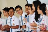Sejumlah siswa berprestasi dari Kalimantan Barat bernyanyi saat mengikuti pembukaan sekaligus pelepasan Siswa Mengenal Nusantara (SMN) 2017 di Kantor PT Pelabuhan Indonesia II (Persero) Cabang Pontianak, Senin (24/7). Kegiatan SMN 2017 yang diadakan oleh PT Pelindo II (Persero)/IPC bersama PT Perkebunan Nusantara XIII serta diikuti 40 siswa berprestasi dari Kalbar dan Gorontalo tersebut, bertujuan agar siswa dapat saling mengenal keberagaman budaya, kekayaan alam, potensi daerah dan kewirausahaan. ANTARA FOTO/Jessica Helena Wuysang/17