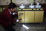 Dodik Triwidodo, mahasiswa Teknik Elektro Universitas 17 Agustus 1945 (Untag) Surabaya menunjukkan karya nya berupa kompor penghasil listrik di Laboratorium Teknik Elektro Untag Surabaya, Jawa Timur, Senin (7/8). Kompor penghasil listrik tersebut menghasilkan listrik dari 'Termolektrik Generator (TEG)' dengan kemampuan menyimpan daya sebesar 43 watt, dengan panas yang dibuang oleh kompor menjadi sumber listrik. Antara jatim/M Risyal Hidayat/zk/17