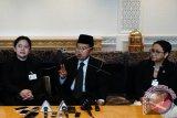 Wakil Presiden RI M. Jusuf Kalla (tengah) didampingi Menko PMK Puan Maharani (kiri) dan Menlu Retno Marsudi (kanan) saat memberikan keterangan Pers seusai menyampaikan pidato pada sesi Debat Umum Sidang Majelis Umum PBB ke-72 di New York, Amerika Serikat, Kamis (21/9/17). Beberapa isu yang menjadi perhatian Indonesia pada Sidang Majelis Umum PBB tahun ini, antara lain mengenai perdamaian dan keamanan internasional, pembangunan berkelanjutan, kemajuan HAM dan reformasi PBB. (ANTARA FOTO/Aditya Wicaksono).