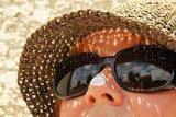 Pentingnya tabir surya dan payung saat hadapi suhu panas