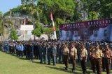 Peserta mengikuti upacara peringatan Hari Kesaktian Pancasila di areal Monumen Korban Keganasan Partai Komunis Indonesia (PKI), di Desa Kresek, Wungu, Kabupaten Madiun, Jawa Timur, Minggu (1/10). Pemkab Madiun menggelar upacara peringatan Hari Kesaktian Pancasila di lokasi tersebut untuk mengenang sekaligus sebagai refleksi peristiwa pembantaian 1948. Berdasarkan catatan sejarah, pada 1948 di tempat itu PKI membunuh puluhan warga yang terdiri tentara, polisi, ulama, wartawan, dan tokoh masyarakat. ANTARA FOTO/Siswowidodo/kye/17