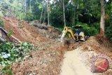 Pemkab Agam Mulai Bersihkan Material Longsor Timbun Jalan Nagari Sipinang