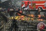 Personel Brimob Polda Metro Jaya mengevakuasi jenazah korban kebakaran pabrik kembang api di Kosambi, Tangerang, Banten, Kamis (26/10/2017). Kebakaran yang diduga akibat ledakan pada salah satu tempat pembuatan kembang api yang baru beroperasi dua bulan ini sedikitnya menewaskan 47 orang karyawan dan puluhan karyawan lainnya mengalami luka bakar. (ANTARA FOTO/Muhammad Iqbal)