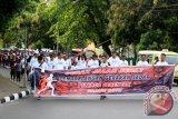 Ratusan peserta mengikuti Gerak Jalan Sosialisasi Sadar Pemilu di Ambon, Maluku, Minggu (29/10). Gerak Jalan tersebut bertujuan untuk mensosialisasikan pelaksanaan pilkada serentak 2018 guna mendongkrak partisipasi pemilih. Tiga pilkada yang akan berlangsung di Maluku tahun 2018 yaitu Pilkada Provinsi Maluku, Pilkada Kabupaten Maluku Tenggara dan Pilkada Kota Tual. ANTARAFOTO/izaac mulyawan/pd/17