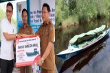 Sekolah di Pinggir Sungai Dibantu Perahu Bermesin