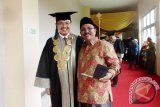 Ketua STEI Tazkia Dr Muhammad Syafii Antonio (kiri) saat foto bersama orang tua/wali mahasiswa asal Aceh, usai Sidang Senat Terbuka Wisuda Diploma, Sarjana, dan Pascasarjana Tahun Akademik 2016/2017, STEI TAZKIA, di Sentul, Bogor, Jawa Barat, Rabu 8 November 2017.  (ANTARA FOTO/VIDEO: M.Tohamaksun).