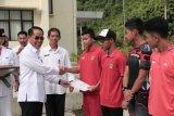 Sekretaris Provinsi Kalimantan Timur Rusmadi menyerahkan piagam penghargaan kepada puluhan siswa-siswa Sekolah Khusus Olahragawan Internasional (SKOI) Kaltim yang meraih prestasi di sejumlah kejuaraan, Rabu (8/11/2017). (ANTARA Kaltim/HO/Humasprov Kaltim)