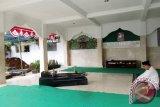 Seorang peziarah saat memanjatkan Doa di makam Pahlawan Nasional DR KH Idham Chalid. Komplek makam ini akan dijadikan sebagai lokasi wisata religi sekaligus sejarah di Cisarua, Puncak, Kabupaten Bogor, Provinsi Jawa Barat. (ANTARA FOTO/M.Tohamaksun).