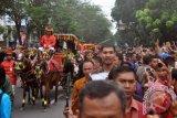 Presiden Jokowi lempar cendera mata Kahiyang-Bobby dari kereta