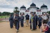 Penumpang Kapal Persiar MV Costa Victoria Kagumi Kemegahan Masjid Baiturrahman