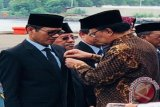 Gubernur Irwan Prayitno Terima Tanda Kehormatan Satya Lencana Wira Karya
