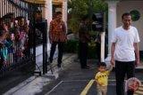 Jokowi sapa warga sembari ajak cucunya