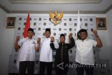 Bakal Calon Gubernur Jawa Timur Saifullah Yusuf (kedua kiri) bersama Ketua Umum DPW Partai Keadilan Sejahtera (PKS) Arif Hari Setiawan (kiri), Sekretaris Umum DPW PKS Jatim Irwan Setiawan (kedua kanan) dan Wakil Ketua Umum DPW PKS Jatim Ahmad Jabir (kanan) mengangkat tangan ketika foto bersama disela-sela Deklarasi dukungan dalam Pemilihan Kepala Daerah (Pilkada) Jatim di Kantor DPW PKS Jatim, Surabaya, Selasa (9/1). Dalam kesempatan tersebut DPW PKS Jatim menyatakan resmi mendukung Saifullah Yusuf sebagai Bakal Calon Gubernur Jatim dalam Pilkada 2018.   Antara Jatim/M Risyal Hidayat/zk/17