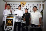 Bakal Calon Gubernur Jawa Timur Saifullah Yusuf (kedua kiri) didampingi Ketua Umum DPW Partai Keadilan Sejahtera (PKS) Arif Hari Setiawan (kiri), Sekretaris Umum DPW PKS Jatim Irwan Setiawan (kedua kanan) dan Wakil Ketua Umum DPW PKS Jatim Ahmad Jabir (kanan) menyampaikan sambutan ketika Deklarasi dukungan dalam Pemilihan Kepala Daerah (Pilkada) Jatim di Kantor DPW PKS Jatim, Surabaya, Selasa (9/1). Dalam kesempatan tersebut DPW PKS Jatim menyatakan resmi mendukung Saifullah Yusuf sebagai Bakal Calon Gubernur Jatim dalam Pilkada 2018. Antara Jatim/M Risyal Hidayat/zk/17