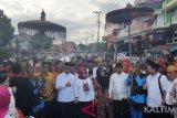 Bacagub Rusmadi Wongso (empat kiri) dan Bacawagub Safaruddin (empat kanan) didampingi pengurus parpol dan ratusan simpatisan mendaftar sebagai peserta Pilkada Kaltim 2018 di kantor Komisi Pemilihan Umum Provinsi Kalimantan Timur, Rabu (10/1/2018). Pasangan Rusmadi-Safaruddin maju pilgub dengan dukungan koalisi PDI Perjuangan dan Partai Hanura. (Antaranews Kaltim/Arumanto)