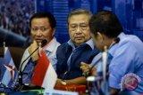 Ketua Umum Partai Demokrat Susilo Bambang Yudhoyono (tengah) bersama Ketua Dewan Kehormatan Partai Demokrat Amir Syamsudin (kiri) dan Sekretaris Jenderal Partai Demokrat Hinca Panjaitan (kanan) berbincang di sela rapat darurat tertutup di DPP Partai Demokrat, Jakarta, Rabu (3/1/2018). Rapat tersebut untuk membahas Pilkada Serentak 2018 serta perkara kriminalisasi terhadap kader Partai Demokrat di Kalimantan Timur yang berniat mencalonkan diri sebagai kepala daerah. (ANTARA FOTO/Galih Pradipta)