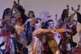 Penari menampilkan pertunjukan Tari Yosakoi saat pagelaran seni budaya peringatan 60 tahun hubungan diplomatik RI-Jepang di Bentara Budaya Bali, Gianyar, Bali, Minggu (28/1). Kegiatan yang menampilkan berbagai kesenian Jepang yang juga dikolaborasikan dengan seni budaya Indonesia itu digelar untuk memperkuat hubungan Indonesia-Jepang, khususnya melalui bidang seni budaya. Antara foto/Fikri Yusuf/nym/2018