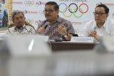 Medan (Antaranews Sumut) - Ketua Komite II DPD Parlindungan Purba (tengah) didampingi anggota komite Dailami Firdaus (kanan) melakukan pertemuan dengan GM PT Pertamina MOR I Erry Widiastono (kiri) di Medan, Sumatera Utara, Selasa (30/1). Pertemuan tersebut untuk mendengar masukan dari PT Pertamina MOR I terkait UU No 30 Tahun 2007 tentang energi. Irsan Mulyadi