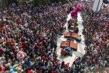 Ribuan warga menyaksikan atraksi Barongsai di pusat perbelanjaan Trans Studio Mall, Bandung, Jawa Barat, Jumat (16/2). Sejumlah pusat perbelanjaan dan lokasi wisata menggelar berbagai atraksi budaya Tiongkok sebagai daya tarik bagi pengunjung dalam rangka perayaan tahun baru Imlek. ANTARA JABAR/M Agung Rajasa/agr/18