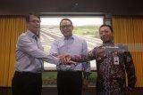 Direktur Utama Pelindo III Ari Askhara (tengah) bertumpu tangan dengan Direktur Operasi I Wijaya Karya (WiKA) Chandra Dwi Putra (kiri) dan Direktur Operasional Komersil Askrindo Dwi Agus Sumarsono (kanan) disela-sela acara penandatanganan kerja sama Program Strategis Nasional (PSN), di Surabaya, Jawa Timur, Senin (5/2). Kerja sama tersebut berupa pembangunan flyover dan tapper (radius untuk belokan jalan) di Terminal Teluk Lamong, Pelabuhan Tanjung Perak, Surabaya, yang menjadi alternatif baru bagi pengguna jalan, utamanya pengendara truk pengangkut petikemas guna meningkatkan efisiensi dan pertumbuhan perekonomian. Antara Jatim/Moch Asim/zk/18