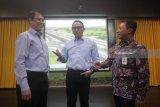Direktur Utama Pelindo III Ari Askhara (tengah) berbincang dengan Direktur Operasi I Wijaya Karya (WiKA) Chandra Dwi Putra (kiri) dan Direktur Operasional Komersil Askrindo Dwi Agus Sumarsono (kanan) disela-sela acara penandatanganan kerja sama Program Strategis Nasional (PSN), di Surabaya, Jawa Timur, Senin (5/2). Kerja sama tersebut berupa pembangunan flyover dan tapper (radius untuk belokan jalan) di Terminal Teluk Lamong, Pelabuhan Tanjung Perak, Surabaya, yang menjadi alternatif baru bagi pengguna jalan, utamanya pengendara truk pengangkut petikemas guna meningkatkan efisiensi dan pertumbuhan perekonomian. Antara Jatim/Moch Asim/zk/18