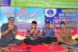 Mendikbud, Muhadjir Effendy (kedua kiri) memimpin doa untuk mendiang Ahmad Budi Cahyanto, guru honorer SMAN Torjun yang meninggal setelah dianiaya siswanya, didampingi orang tua korban, M. Satuman Ashari (kedua kanan) di Sampang, Jawa Timur, Senin (12/2). Selain melakukan kunjungan ke sejumlah lokasi di kabupaten itu, Mendikbud juga menyempatkan kerumah duka sekaligus memberikan santunan kepada keluarga korban. Antara Jatim/Saiful Bahri/zk/18