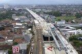 Foto udara pembangunan tol Bogor Outer Ring Road (BORR) Seksi IIB di Bogor, Jawa Barat, Selasa (20/2). Pembangunan tol Bogor Outer Ring Road (BORR) seksi II B, yang menyambungkan Kedung Badak hingga Simpang Yasmin sepanjang 2,65 kilometer (km), terus dikebut. Menjelang dioperasikan pada triwulan II-2018, pembangunan proyek jalan tol lingkar luar seksi IIB tersebut kini tengah memasuki tahap penyelesaian konstruksi akhir. ANTARA JABAR/Yulius Satria Wijaya/agr/18.