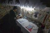 Pekerja menyelesaikan pembuatan alat peraga kampanye di Kampung Sablon, Bandung, Jawa Barat, Senin (26/2). Kamar Dagang dan Industri (Kadin) memprediksi pemilihan kepala daerah akan meningkatkan pendapatan pelaku usaha mikro, kecil, dan menengah (UMKM) karena nilai perputaran uang di momen tersebut mencapai sekitar Rp 4 triliun. ANTARA JABAR/Raisan Al Farisi/agr/18