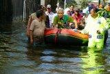 Kunjungi korban banjir di Demak, Ganjar naik perahu karet