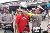 Polisi Agam beri hadiah helm SNI tukang ojek yang memiliki kelengkapan surat-surat berkendara