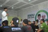 Calon Gubernur Jawa Barat nomor urut satu Ridwan Kamil berdialog dengan buruh saat kampanye di Sekretariat Forum Komunikasi Buruh Citeureup (FKBC), jalan Branta Mulia, Karang Asem Timur, Citeureup, Kabupaten Bogor, Jawa Barat, Jum'at (16/3). Kampanye yang diikuti puluhan buruh dari berbagai elemen di Kabupaten Bogor tersebut untuk menyerap aspirasi buruh khususnya masalah kesejahteraan, kebijakan dan pengawasan ketenagekerjaan. ANTARA JABAR/Arif Firmansyah/agr/18