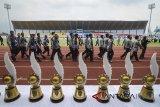 Peserta memasuki lapangan untuk mengikuti pembukaan Liga Pekerja Indonesia (Lipesia) zona Jawa Barat di Stadion Sepak Bola Arcamanik, Bandung, Jawa Barat, Senin (5/3). Lipesia yang dibagi dalam delapan zona di 34 Provinsi tersebut merupakan rangkaian kegiatan May Day 2018 yang memperebutkan piala bergilir Presiden Joko Widodo. ANTARA JABAR/Raisan Al Farisi/agr/18
