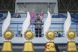 Gubernur Jawa Barat Ahmad Heryawan memberikan kata sambutan saat pembukaan Liga Pekerja Indonesia (Lipesia) zona Jawa Barat di Stadion Sepak Bola Arcamanik, Bandung, Jawa Barat, Senin (5/3). Lipesia yang dibagi dalam delapan zona di 34 Provinsi tersebut merupakan rangkaian kegiatan May Day 2018 yang memperebutkan piala bergilir Presiden Joko Widodo. ANTARA JABAR/Raisan Al Farisi/agr/18