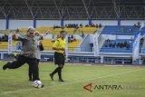 Gubernur Jawa Barat Ahmad Heryawan (kiri) menendang bola sebagai tanda dibukannya Liga Pekerja Indonesia (Lipesia) zona Jawa Barat di Stadion Sepak Bola Arcamanik, Bandung, Jawa Barat, Senin (5/3). Lipesia yang dibagi dalam delapan zona di 34 Provinsi tersebut merupakan rangkaian kegiatan May Day 2018 yang memperebutkan piala bergilir Presiden Joko Widodo. ANTARA JABAR/Raisan Al Farisi/agr/18