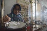 Seorang asisten apoteker menimbang bahan racikan untuk dijadikan obat di Apotek Arcamanik, Bandung, Jawa Barat, Rabu (21/3). Gabungan pengusaha farmasi Indonesia menyatakan pada 2017 industri farmasi, obat kimia dan tradisional tumbuh 6,85 persen, serta investasi di industri tersebut melonjak hingga Rp 5,8 triliun dibandingkan tahun sebelumnya. ANTARA JABAR/Raisan Al Farisi/agr/18