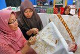 Mahasiswa, istri diplomat belajar membatik di Pakistan