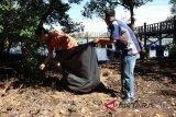Humas dan wartawan bersihkan Danau Gili Meno