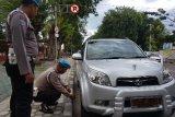 Polisi gembosi mobil polisi yang parkir di KTL