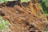 BPBD bersihkan material tanah longsor di Girimulyo
