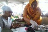 Peringati Hari Kartini, siswa SMK-Puskesmas periksa kesehatan buruh Pasar Rejowinangun