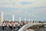 Sejumlah pelari mengikuti Bogor Running Race (BORR) 10K di jalan tol Bogor Ring Road (BORR), Kota Bogor, Jawa Barat, Minggu (1/4). BORR 10 K yang diikuti lebih dari 2.000 pelari yang melewati jalan tol BORR dengan dua kategori 5K dan 10K sebagai ajang sosialisasi bagi masyarakat terkait jalan tol BORR seksi 2B ruas Kedung Badak-Simpang Yasmin menjelang peresmian pengoperasiannya. ANTARA JABAR/Arif Firmansyah/agr/18.