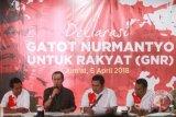 Ketua Presidium Nasional GNR Dondi Rivaldi (kedua kiri) membacakan dokumen deklarasi Jenderal (Purn) Gatot Nurmantyo untuk rakyat di Jakarta, Jumat (6/4/2018). Deklarasi tersebut merupakan bentuk dukungan penuh kepada Gatot Nurmantyo sebagai Calon Presiden pada Pilpres 2019. (ANTARA FOTO/Muhammad Adimaja)