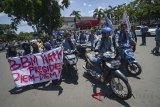 Mahasiswa dari BEM UPI mendorong motornya saat melakukan aksi tolak kenaikan BBM di depan kantor Pertamina, Bandung, Jawa Barat, Rabu (4/4). Dalam aksinya, mereka menyoroti langkanya bahan bakar premium dan menolak naiknya harga Pertalite yang dinilai merugikan rakyat kecil. ANTARA JABAR/Raisan Al Farisi/agr/18.