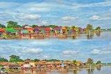 Rumah warga di pinggir sungai dicat berwarna