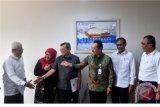 Deputi Bidang Usaha Pertambangan, Industri Strategis dan Media Kementerian BUMN Fajar Harry Sampurno (ketiga kanan) berbincang dengan Dirut Perum LKBN Meidyatama Suryodiningrat (kedua kanan), Ketua Dewas Sutrimo (ketiga kiri) dan Direksi Antara yang baru dilantik Hempi N Prajudi (kiri), Nina Kurnia Dewi (kedua kiri) dan Akhmad Munir di Kementerian BUMN, Jakarta, Kamis (12/4/2018). Kementerian BUMN melantik tiga direksi baru Antara yaitu Hempi N Prajudi sebagai Direktur Komersil Pengembangan Bisnis dan Teknologi Informasi, Akhmad Munir sebagai Direktur Pemberitaan, dan Nina Kurnia Dewi sebagai Direktur Keuangan. (ANTARA FOTO/Sigid Kurniawan)