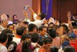 Masyarakat saat melakukan swafoto kepada Presiden Joko Widodo (Jokowi) ketika menghadiri acara Konvensi Nasional Galang Kemajuan 2018, di Ballroom Puri Begawan, Kota Bogor, Jawa Barat, Sabtu (7/4/2018).  (Foto: Bayu Prasetyo).