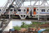 Pekerja menyiapkan pemasangan besi tiang penyangga pada jembatan kereta api yang menghubungkan Nganjuk dengan Jombang guna dibangun rel jalur ganda (double track) di Kertosono, Nganjuk, Jawa Timur, Selasa (3/4). Double track lintas selatan Jawa ditargetkan selesai pada tahun 2019. Antara jatim/Prasetia Fauzani/zk/18