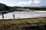 Warga melintas di Tempat Pengolahan dan Pemrosesan Akhir Sampah (TPPAS) Lulut Nambo yang belum beroperasi di Kelapa Nunggal, Kabupaten Bogor, Jawa Barat, Senin (9/4). Pemprov Jawa Barat melaui Sekretaris Daerah Iwa Karniwa mengatakan Pemerintah Provinsi DKI Jakarta dan Kota Tangerang Selatan (Tangsel) meilirik dan merencanakan untuk mengolah sampah di TPPAS Regional Lulut Nambo, yang awalnya disiapkan untuk mengolah sampah Kabupaten Bogor, Kota Bogor, dan Kota Depok yang ditargetkan beroperasi pada akhir 2018. ANTARA JABAR/Yulius Satria Wijaya/agr/18.